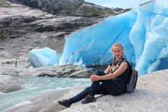 Jonge vrouw op Nigardsbreen Royalty-vrije Stock Foto's