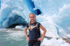 Jonge vrouw op Nigardsbreen, gletsjer in Noorwegen Stock Afbeeldingen