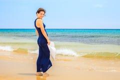 Jonge vrouw op oceaanstrand Royalty-vrije Stock Afbeeldingen