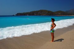 Jonge vrouw op Oludeniz strand, Turkije Stock Foto