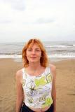 Jonge vrouw op overzees strand Royalty-vrije Stock Afbeelding