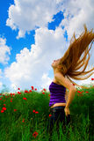 Jonge vrouw op papavergebied stock foto