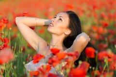 Jonge vrouw op papavergebied Royalty-vrije Stock Foto's