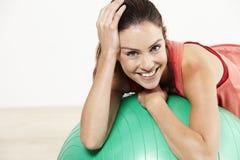 Jonge vrouw op pilatesbal Stock Foto