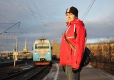 Jonge vrouw op platform Royalty-vrije Stock Foto's