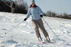 Jonge vrouw op ski Royalty-vrije Stock Fotografie
