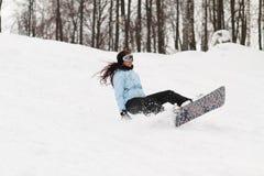 Jonge vrouw op snowboard Stock Foto's
