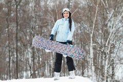 Jonge vrouw op snowboard Royalty-vrije Stock Foto's