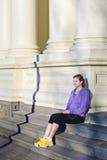 Jonge vrouw op stappen in stad Stock Afbeeldingen