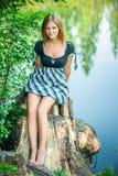 Jonge vrouw op stomp Royalty-vrije Stock Foto
