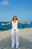 Jonge vrouw op strand stock foto