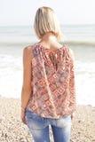 Jonge vrouw op strand Stock Fotografie