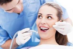 Jonge vrouw op tandartskantoor royalty-vrije stock afbeeldingen