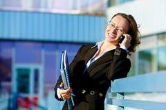 Jonge vrouw op telefoon stock foto