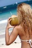 Jonge vrouw op tropisch strand Royalty-vrije Stock Afbeelding