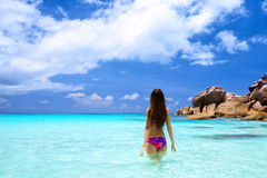 Jonge Vrouw op Tropisch Strand Stock Foto's