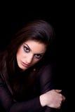 Jonge vrouw, op zwarte achtergrond stock afbeelding