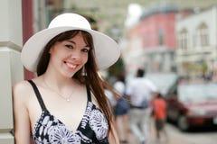 Jonge vrouw in openlucht Royalty-vrije Stock Afbeelding