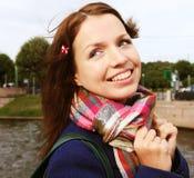 Jonge vrouw openlucht op de brug Stock Foto's