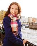 Jonge vrouw openlucht op de brug Royalty-vrije Stock Fotografie