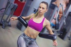 Jonge vrouw opleiding hard bij de gymnastiek Royalty-vrije Stock Afbeelding