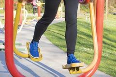 Jonge vrouw opleiding met oefeningsmateriaal in een openbaar park royalty-vrije stock fotografie