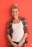 Jonge vrouw over kleurenachtergrond Royalty-vrije Stock Afbeeldingen
