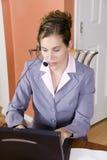 Jonge vrouw in pak dat van huis werkt Royalty-vrije Stock Fotografie