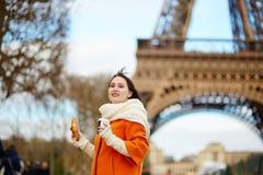 Jonge vrouw in Parijs met koffie en croissant Stock Foto