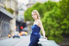 Jonge vrouw in Parijs in openlucht stock afbeelding