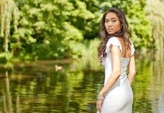Jonge vrouw in park Stock Fotografie