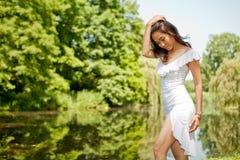 Jonge vrouw in park Royalty-vrije Stock Foto's