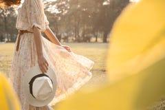 Jonge vrouw in park Royalty-vrije Stock Fotografie