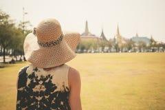 Jonge vrouw in park door paleis stock foto's