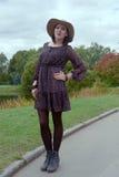 Jonge vrouw in park het stellen Royalty-vrije Stock Foto's