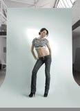 Jonge vrouw in photostudio Royalty-vrije Stock Fotografie