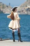 Jonge vrouw in piraatkostuum in openlucht royalty-vrije stock foto's