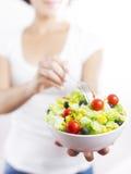 Jonge vrouw & plantaardige die salade in wit wordt geïsoleerd Stock Foto