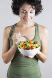 Jonge vrouw & plantaardige salade Stock Afbeelding