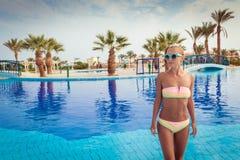 Jonge vrouw in pool Royalty-vrije Stock Fotografie