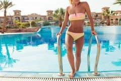 Jonge vrouw in pool Royalty-vrije Stock Afbeelding