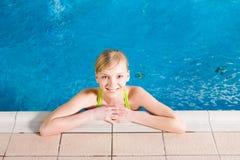 Jonge vrouw in pool Royalty-vrije Stock Foto's