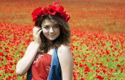 Jonge Vrouw in Poppy Field Royalty-vrije Stock Afbeeldingen