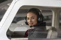 Jonge Vrouw Proefwith headset looking door het Cockpitvenster royalty-vrije stock fotografie