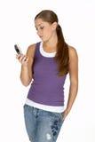 Jonge Vrouw in Purper Mouwloos onderhemd dat de Telefoon van de Cel bekijkt Stock Afbeelding