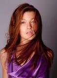 Jonge Vrouw in Purper Overhemd Stock Foto's