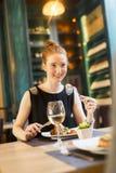 Jonge vrouw in restaurant Stock Fotografie