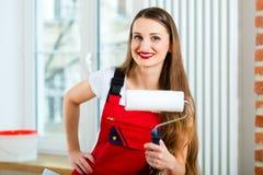 Vrouw die haar flat vernieuwen Stock Foto