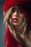 Jonge vrouw in rode bonthoed Royalty-vrije Stock Afbeeldingen