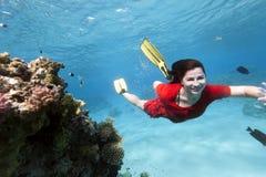 Jonge vrouw in rode kleding onderwater Stock Fotografie